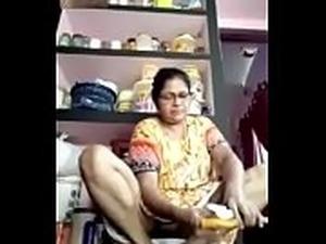 Mature desi Bhabi pussy peep