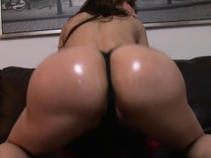 Sexy Amy Anderssen shakes her fat, oiled ass