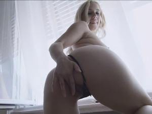 Teen babe stretches vagina in her perverted solo action