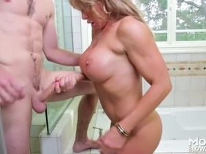 Delicious busty MILF Farrah Dahl sucks kinky man off in bath