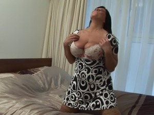 Fat black-haired babe shows how good she is at the solo sessions