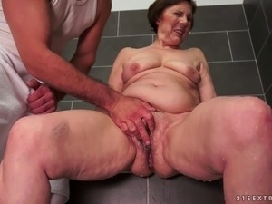 Granny washes her snatch before getting it fucked hard