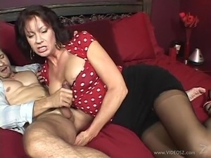 Blowjob slut in stockings proves her sucking skills in couples scene
