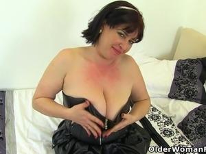 British milf Janey loves dildoing her hairy muff