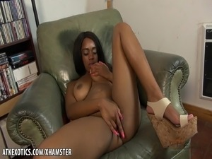 Amber Cream fingers that little chocolate pussy