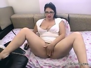 Horny mature cam slut gives me an extreme close up view of her fanny