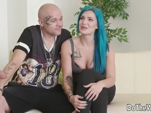 Swinger babe gets stunned by seeing a photographers dick