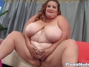 Masturbating plumper plays with kinky toys