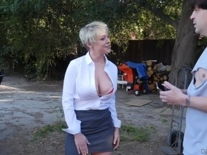 Horn-mad short haired MILF Dee Williams lures ordinary worker for quickie