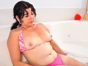 Latina milf Lucia dildos her pussy in bathtub