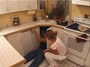 Amateur chick gets her cunt fingered and pounded in the kitchen