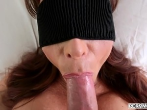 Stepmom Syren De Mer blindfolded while giving a blowjob