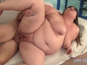 Plumper Bella Bendz Takes It Up the Ass