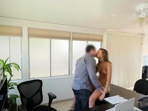 VIP4K. Agente di prestito organizza il casting di sesso per